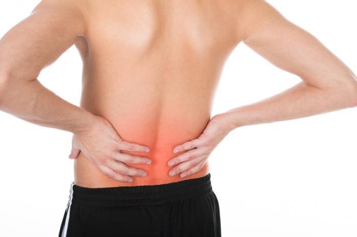 Una persona con dolor de espalda inferior.